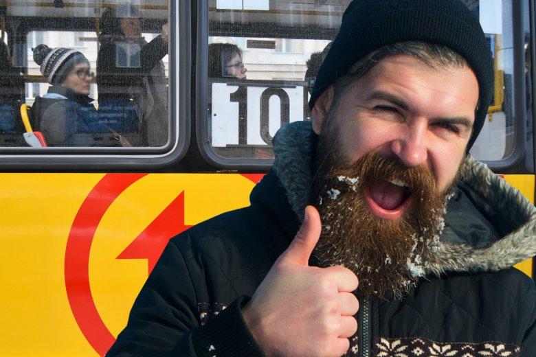 Każdy posiadacz biletu lub karty miejskiej w Warszawie zobowiązany jest do poprawiania literówek, które wyczytał patrząc ukradkiem na Messengery współpasażerów – poinformował ZTM.