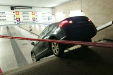 Kierowca z Łodzi próbował wjechać na parking podziemny schodami.