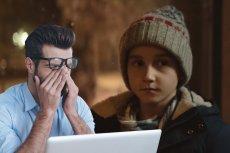 Mężczyzna płacze oglądając świąteczną reklamę Allegro