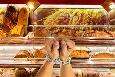 Radykalni klienci Biedronki w obronie handlu w niedziele przykuli się do półek z pieczywem.