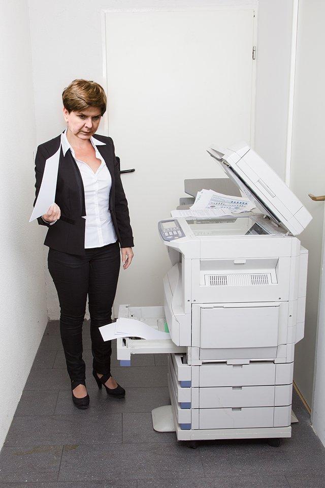 Premier Beata Szydło drukująca wyrok Trybunału Konstytucyjnego.