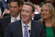 Mark Zuckerberg zmuszony do nerwowego uśmiechu. Nie pokazujcie tego dzieciom.