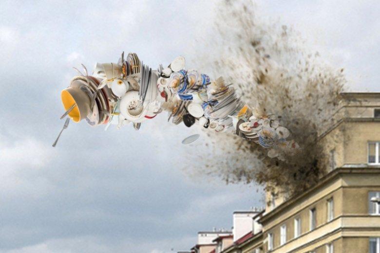 Gigantyczny stos brudnych naczyń terroryzuje Warszawę.