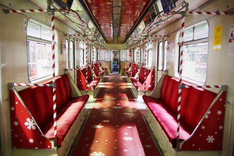Warszawskie metro udekorowane na 6 grudnia.